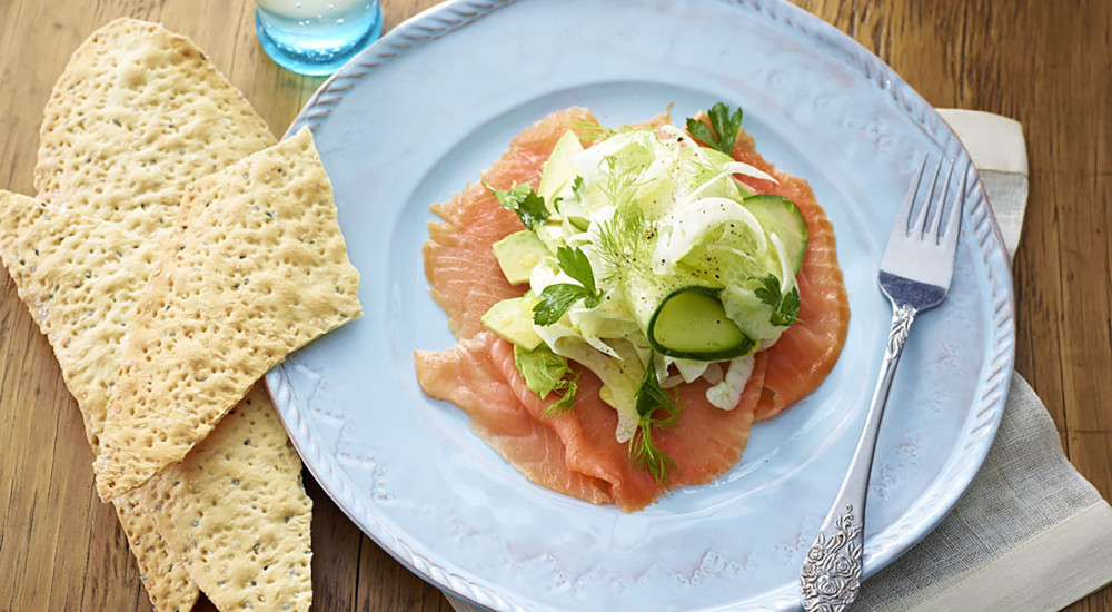 Smoked salmon salad with crispbread
